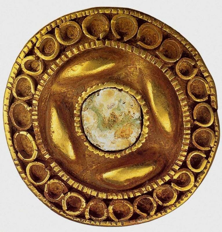 Ременная бляшка 8 век до н. э. Золото, серебро, цветное стекло