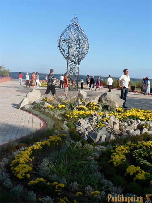 Набережная в Керчи, Памятник Рыбе