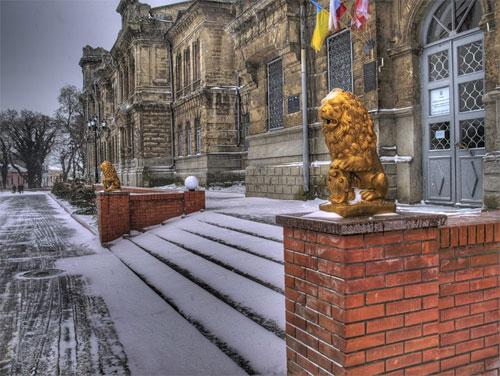 Керченская гимназия на площади Ленина