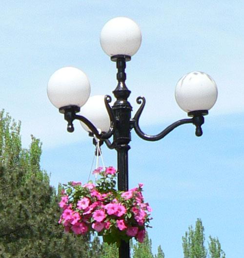 Цветы на фонарях в Керчи