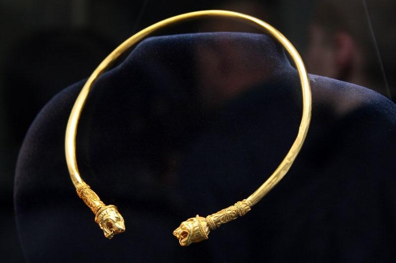 Золотая гривна с двумя львиными головами