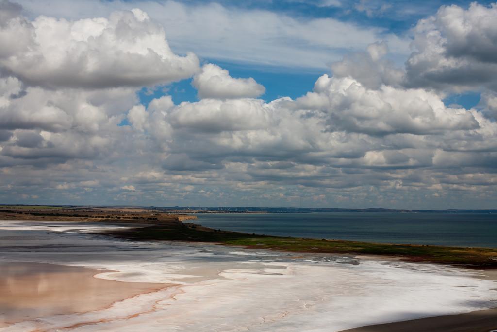 Озеро Тобечик, песчаная коса отделяет от моря