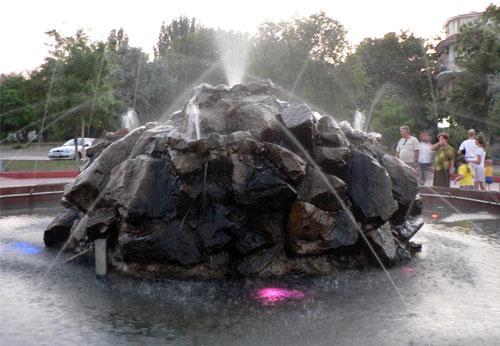 Старый фонтан на набережной в Керчи, 2007