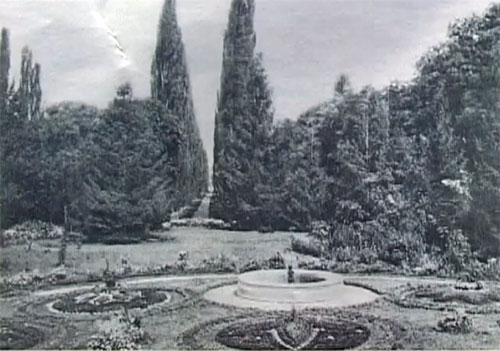 Замок Монжене, парк с фонтаном, возле замка