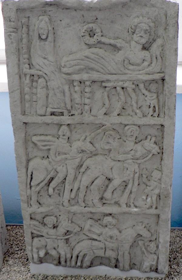 Надгробная стела с тремя рельефными полями. Известняк, II век н.э.