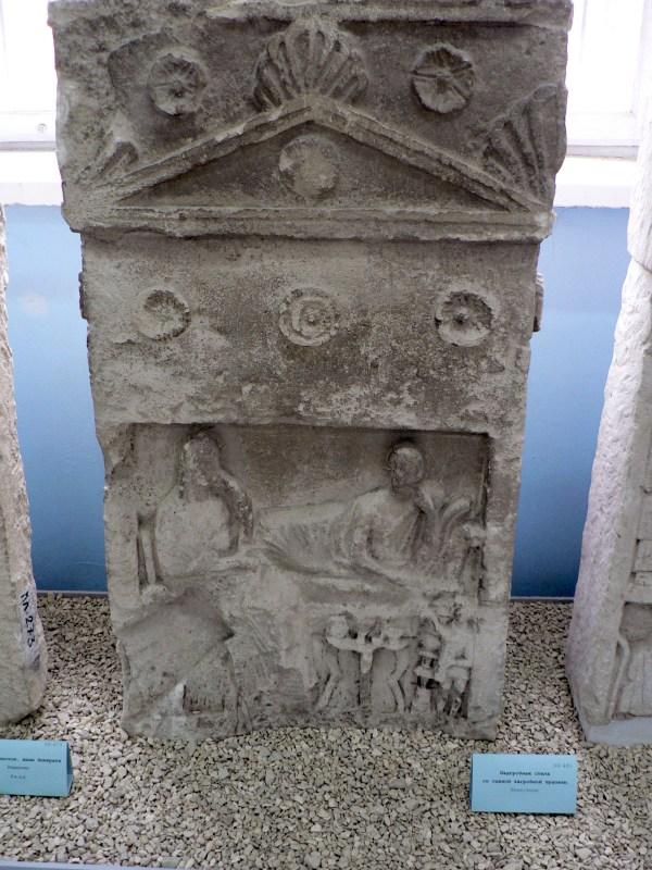 Надгробная стела со сценой загробной трапезы. Известняк