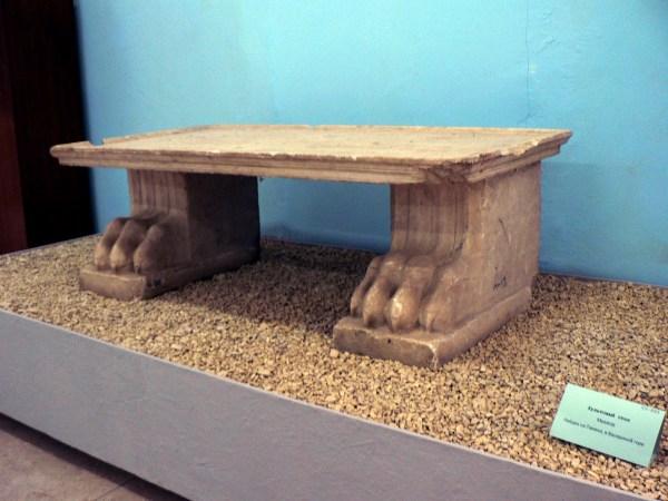 Культовый стол. Мрамор. Найден на Тамани в Васюриной горе.