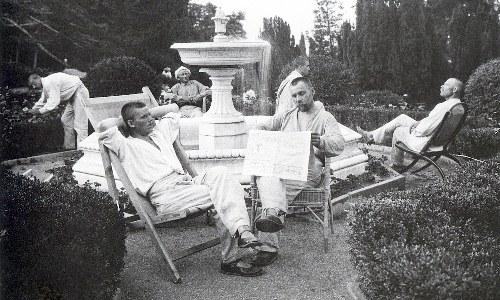 Крестьяне отдыхают у фонтана в царском дворце.