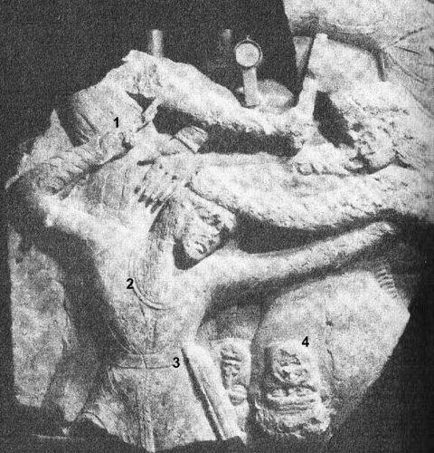 1 – рука, сжимающая боевой дротик,2 – гривна, 3 – кожаный боевой пояс, 4 – отрезанные мужские головы