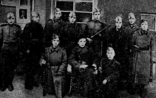Среди морских пехотинцев — Б. А. Шаруда (первый ряд в центре). 1941 г.